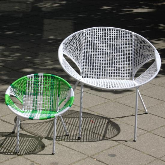 tuinstoel- 79.50 De Owusu Chairs zijn vernoemd naar Johnson Owusu, een stoelenvlechter uit Kumasi, Ghana. Onder zijn leiding produceren twee families de afgelopen 10 jaar deze stoelen voor ons. Tot voor kort werden deze stoelen vooral gebruikt in cafeetjes en chop-bars. Beter bekend onder de naam bar-chair, chop-bar-chair of terrace chair.<p>  De sobere vorm van de stoel is voornamelijk bepaald door de beperkingen van de productiemiddelen in samenhang met het doel waarvoor de stoelen dienen, namelijk lekker zitten en goed stapelbaar zijn.<p>  Het frame is gemaakt van beton vlechtijzer (met coating), waarin met nylon een zitting is geweven. De ronde vorm is precies de diameter van een oliedrum waaromheen het ijzer wordt gebogen. De poten worden met een eenvoudige mal gemakkelijk in de juiste hoeken gebogen. Daarna wordt met behulp van een klosje en een scheermesje de nylon zitting geweven.<p>  Uiterst duurzaam (weersbestendig) en goed stapelbaar (tot stapels van 30 stuks)  Prijs: &#8364; 79.50