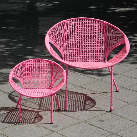 tuinstoel- 79.50  De Owusu Chair is vernoemd naar Johnson Owusu, een stoelenvlechter uit Kumasi, Ghana. Onder zijn leiding produceren twee families de afgelopen 10 jaar deze stoelen voor ons. Tot voor kort werden deze stoelen vooral gebruikt in cafeetjes en chop-bars. Beter bekend onder de naam bar-chair, chop-bar-chair of terrace chair.<p>  De sobere vorm van de stoel is voornamelijk bepaald door de beperkingen van de productiemiddelen in samenhang met het doel waarvoor de stoelen dienen, namelijk lekker zitten en goed stapelbaar zijn.<p>  Het frame is gemaakt van beton vlechtijzer (met coating), waarin met nylon een zitting is geweven. De ronde vorm is precies de diameter van een oliedrum waaromheen het ijzer wordt gebogen. De poten worden met een eenvoudige mal gemakkelijk in de juiste hoeken gebogen. Daarna wordt met behulp van een klosje en een scheermesje de nylon zitting geweven.<p>  Uiterst duurzaam (weersbestendig) en goed stapelbaar (tot stapels van 30 stuks)   Prijs: &#8364; 79.50