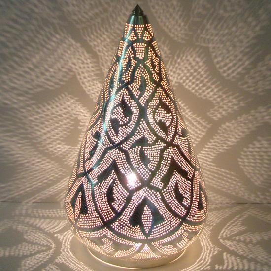 tafellamp patroon verzilverd koper uit Egypte  In verschillende maten verkrijgbaar vanaf 125 Euro Prijs: € 125.00