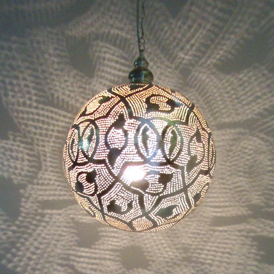 lamp bol patroon  verzilverd koper uit Egypte  In verschillende maten verkrijgbaar vanaf 90 Euro Prijs: € 159.00