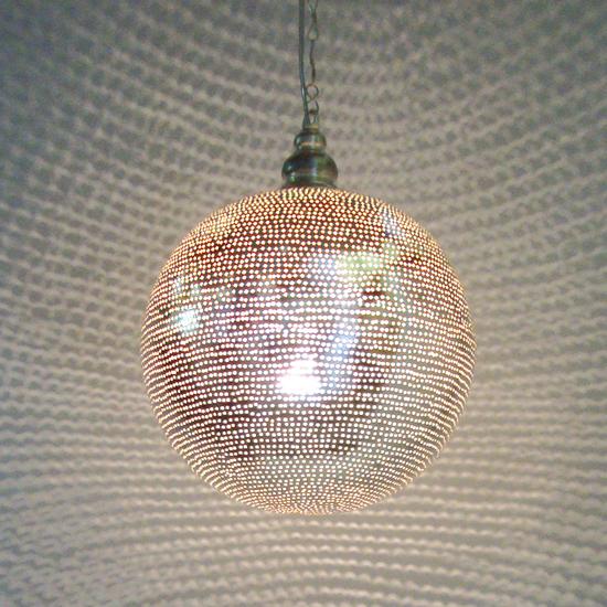 lamp bol verzilverd koper uit Egypte In verschillende maten verkrijgbaar vanaf 90 Euro Prijs: € 179.00