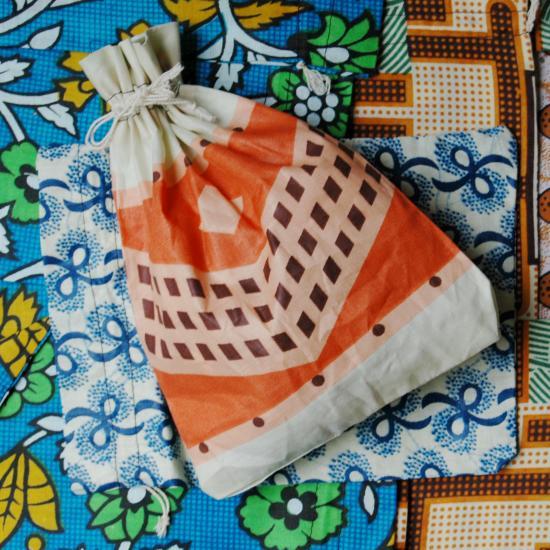 stoffen zakjes- Mali gemaakt door een kleermaker in Mali hij gebruikt hiervoor restanten van locale stoffen Prijs: € 1.00