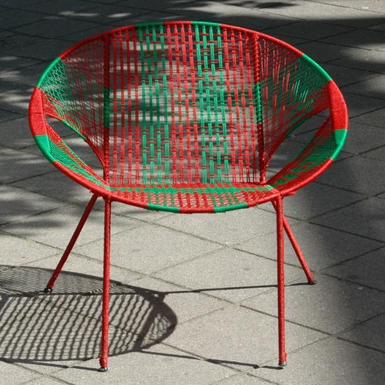 tuinstoel- 79.50  De Owusu Chairs zijn vernoemd naar Johnson Owusu, een stoelenvlechter uit Kumasi, Ghana. Onder zijn leiding produceren twee families de afgelopen 10 jaar deze stoelen voor ons. Tot voor kort werden deze stoelen vooral gebruikt in cafeetjes en chop-bars. Beter bekend onder de naam bar-chair, chop-bar-chair of terrace chair.<p>  De sobere vorm van de stoel is voornamelijk bepaald door de beperkingen van de productiemiddelen in samenhang met het doel waarvoor de stoelen dienen, namelijk lekker zitten en goed stapelbaar zijn.<p>  Het frame is gemaakt van beton vlechtijzer (met coating), waarin met nylon een zitting is geweven. De ronde vorm is precies de diameter van een oliedrum waaromheen het ijzer wordt gebogen. De poten worden met een eenvoudige mal gemakkelijk in de juiste hoeken gebogen. Daarna wordt met behulp van een klosje en een scheermesje de nylon zitting geweven.<p>  Uiterst duurzaam (weersbestendig) en goed stapelbaar (tot stapels van 30 stuks)  <p> Prijs: &#8364; 79.50